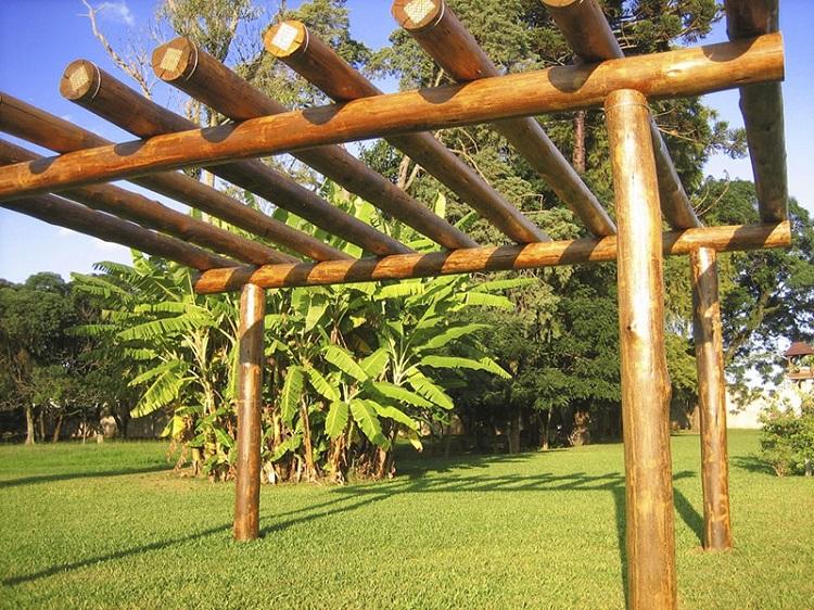 Pergolado feito de madeira de reflorestamento de eucalipto.