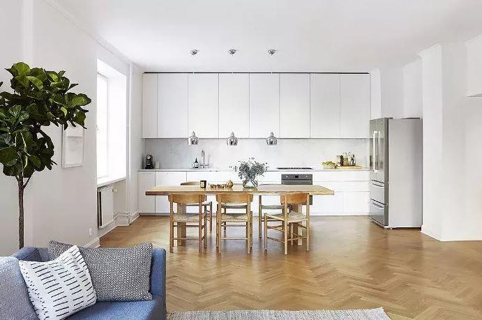 Cozinha americana em estilo minimalista com quase nenhum objeto nas superfícies.