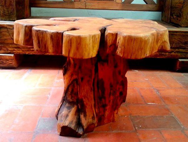 Mesa de centro feita de tronco de árvore.