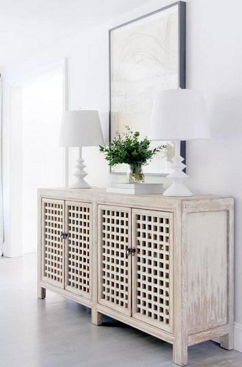 Espaço minimalista com móvel elegante para armazenamento.
