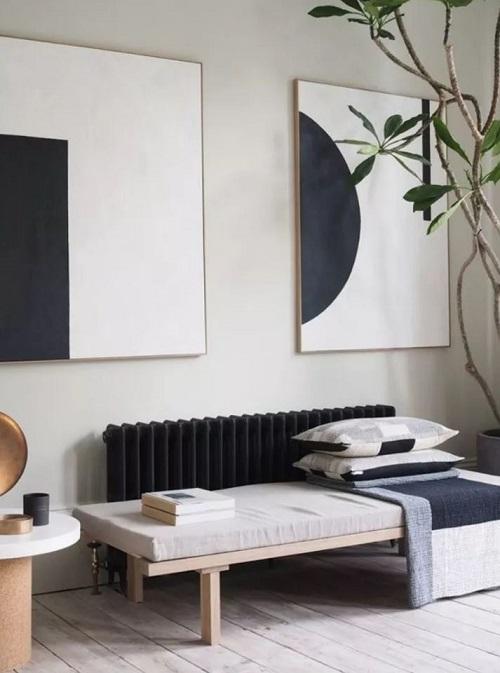 Espaço decorado no estilo minimalista com móveis funcionais.
