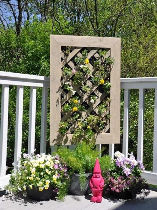 Floreira de jardim feita de moldura de madeira.