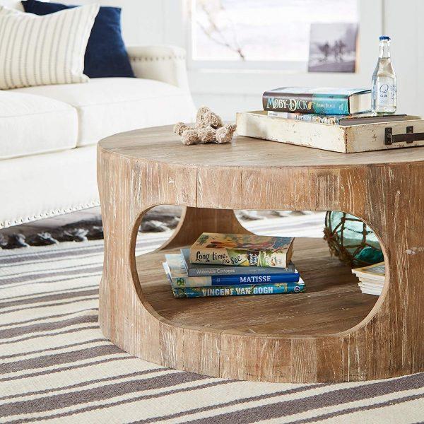 Mesinha de centro redonda de madeira envelhecida com um espaço para armazenamento.