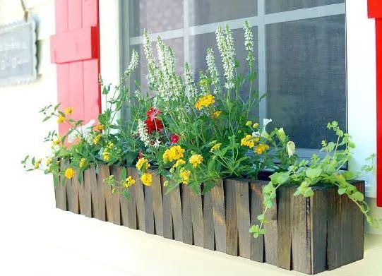 Floreira para janela com textura de madeira.