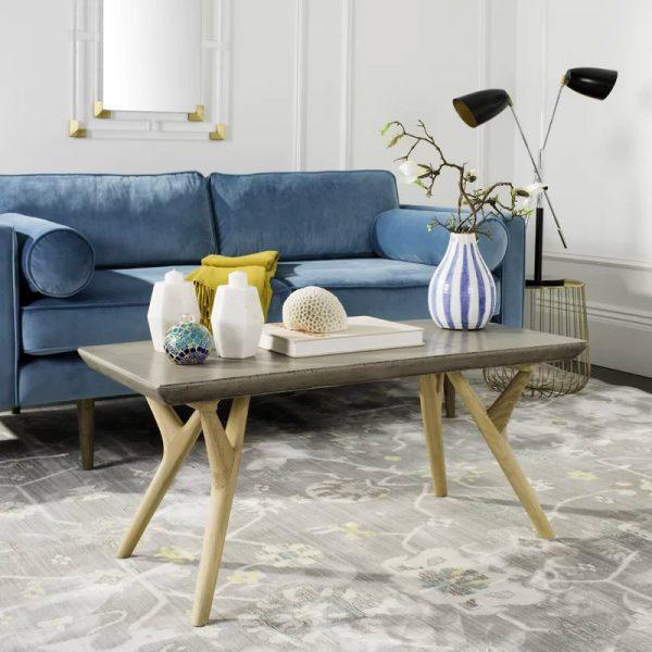 Mesinha em sala de estar feita de concreto e madeira.