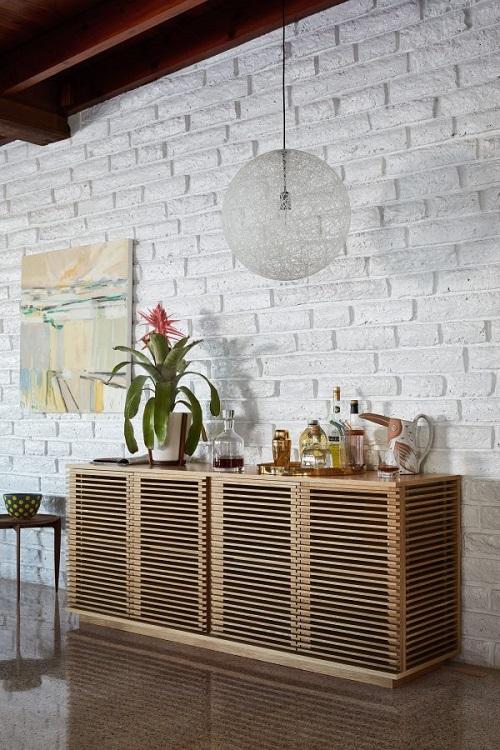 Armário balcão feito em design com ripas de madeira.
