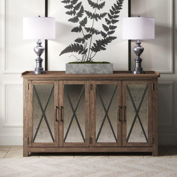 Buffet em estilo industrial feito de madeira com espelhos e metal nas portas.