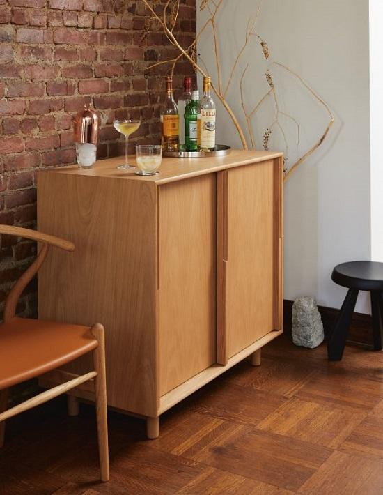 Armário buffet bar fechado em madeira clara.