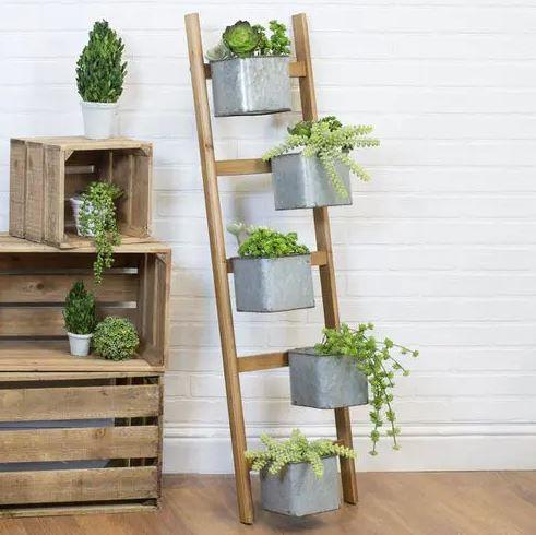 Floreira feita de escada moderna e rústica ao mesmo tempo.