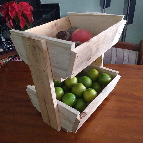 Fruteira feita de madeira rústica