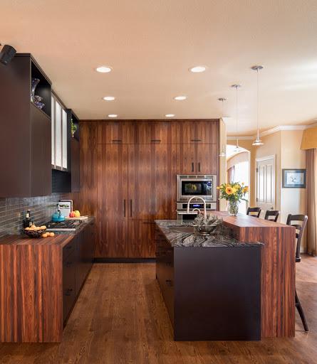 Cozinha com armários de madeira vermelha pau-ferro.