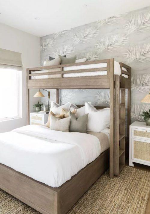 Cama de casal com cama em cima estilo beliche.