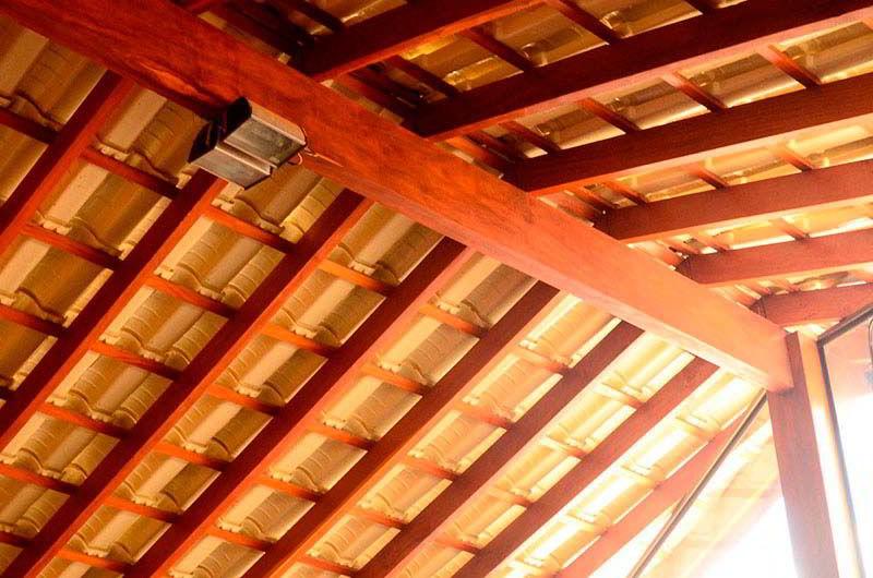 Vigas internas do telhado feito de madeira peroba do norte.