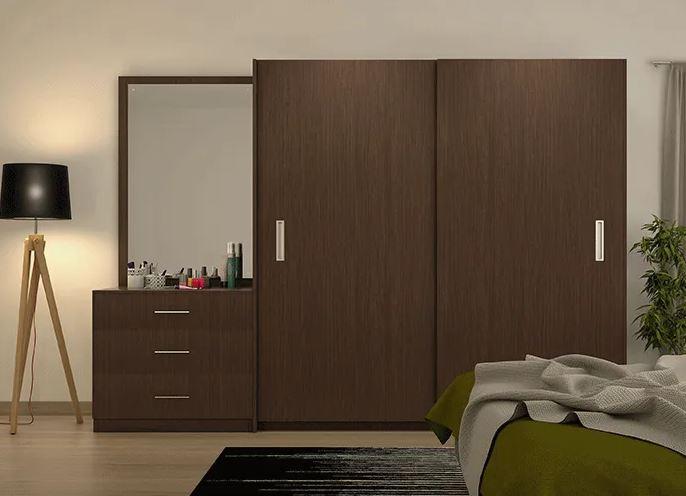 Quarto com guarda-roupa marrom de madeira com design integrado à uma penteadeira.