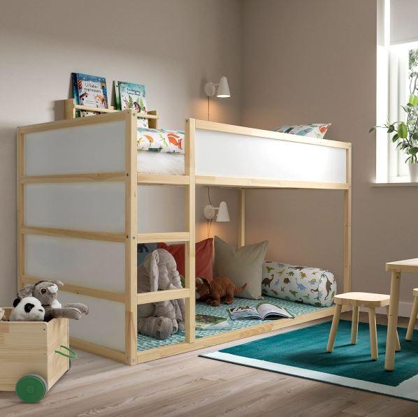 Beliche de madeira com cama de cima e espaço para brinquedos embaixo.