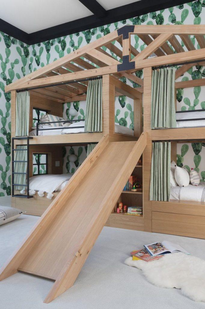 """Beliche de madeira em design diferenciado, formato de """"casa na árvore""""."""