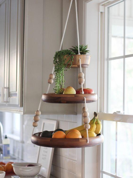 Fruteira pendurada em cozinha.