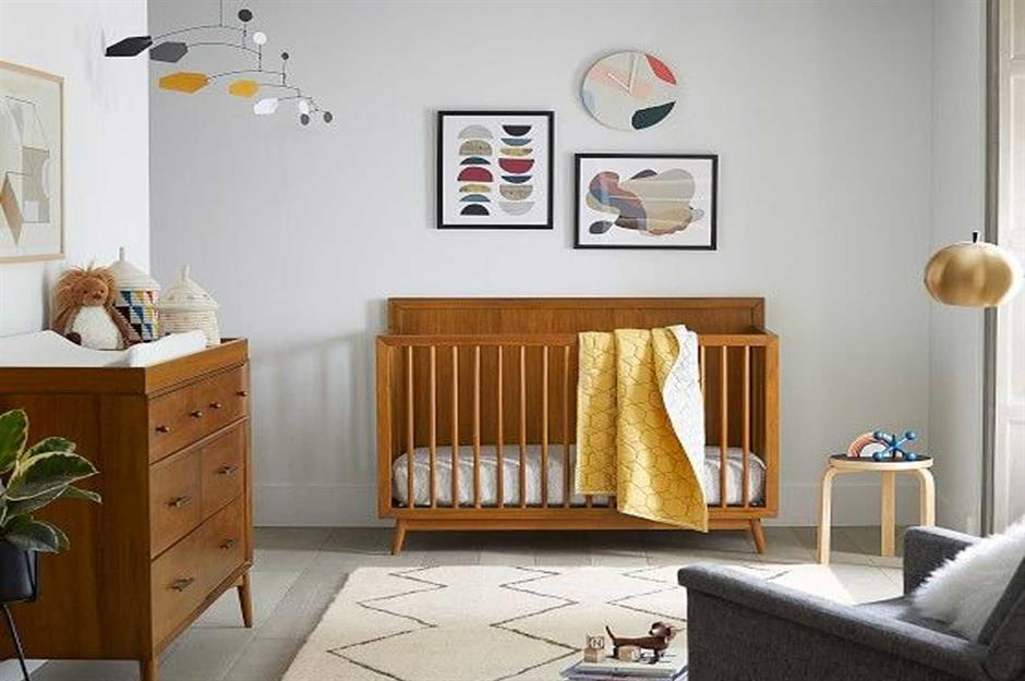 Berco e cômoda retro em madeira marrom combinando.