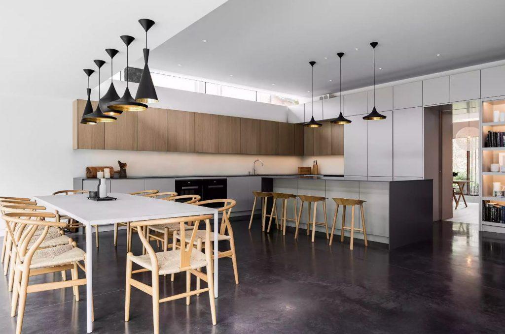 Cozinha aberta com balcões do chão ao teto.