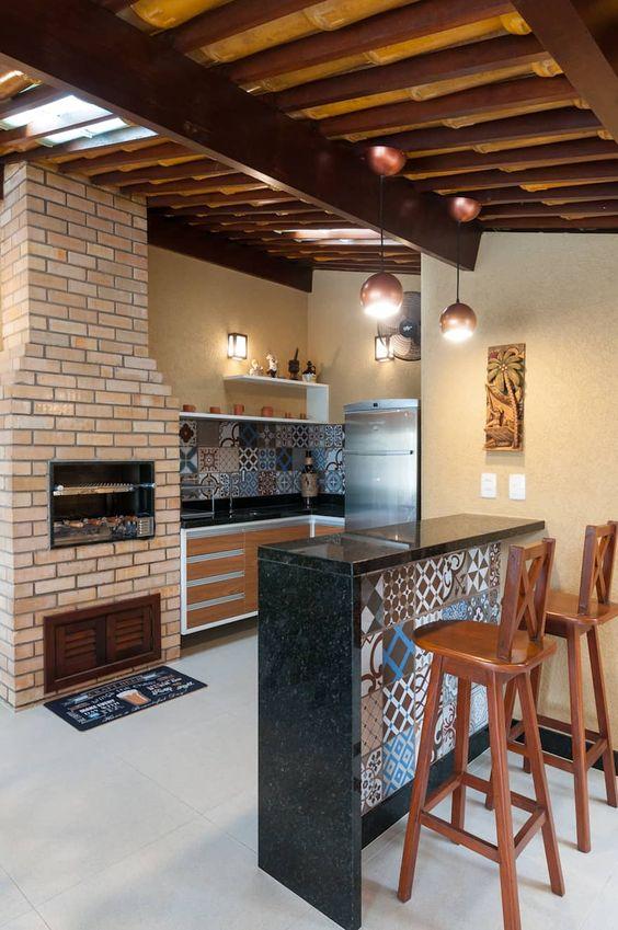 Área gourmet rústica com churrasqueira.