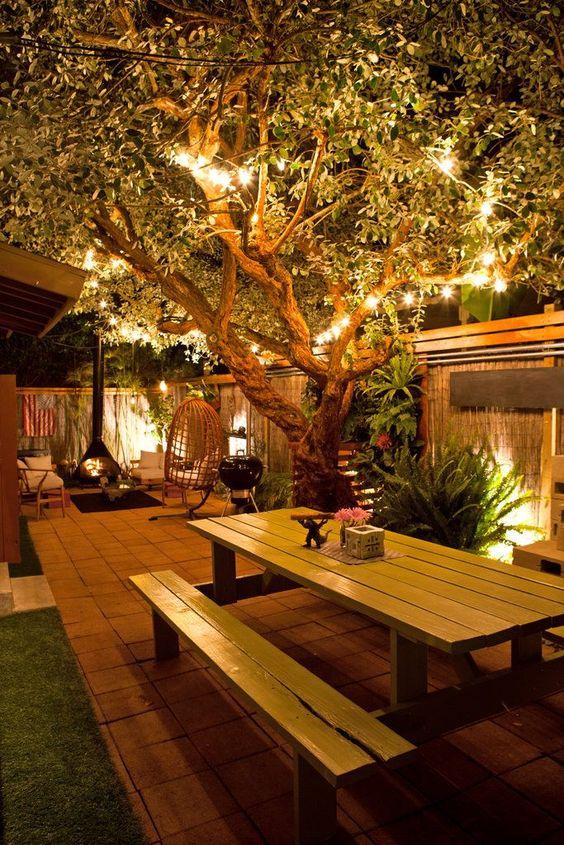Área externa gourmet com iluminação noturna.