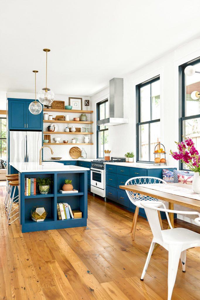 Cozinha e sala de jantar integradas com decoração harmônica.