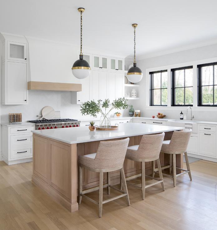 Cozinha com cores de madeira clara combinando com branco.