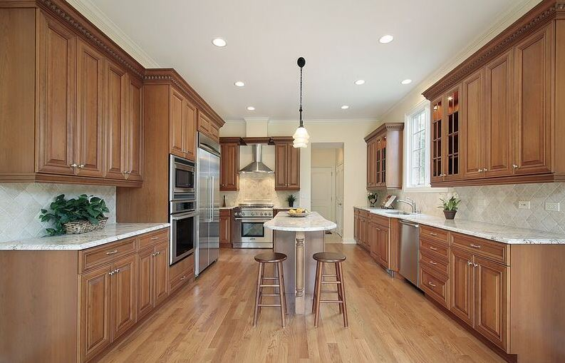 Cozinha com armários em madeira de coloração média.