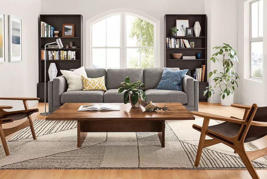 Sala de estar combinando diferentes tonalidades de madeira.