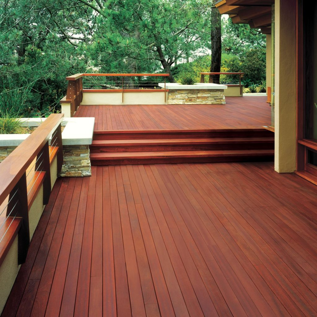 Deck de madeira em cores de madeira avermelhada.
