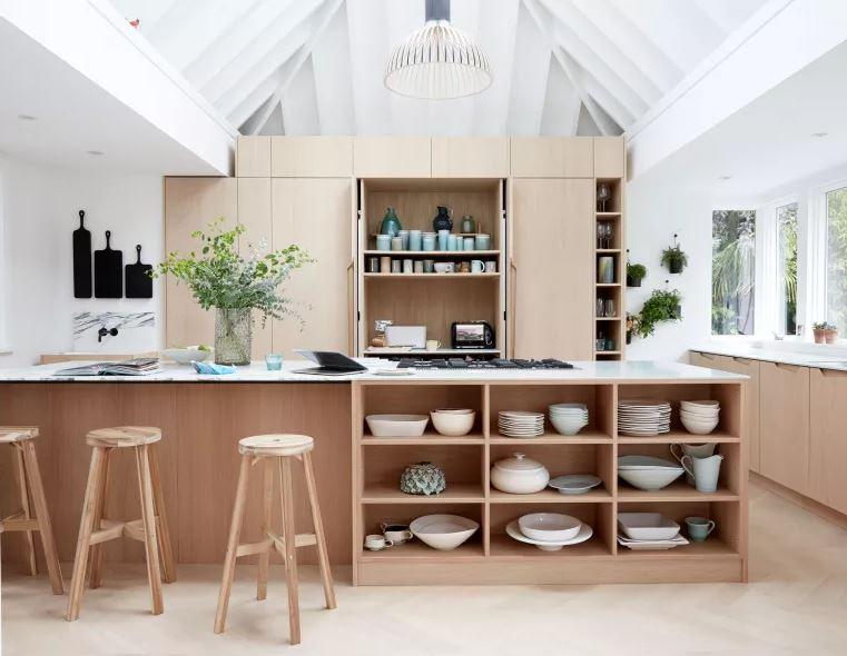 Cozinha planejada com ilha de madeira.