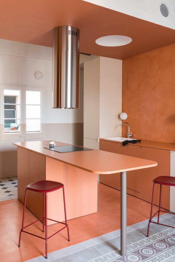 Cozinha com ilha simples de madeira.