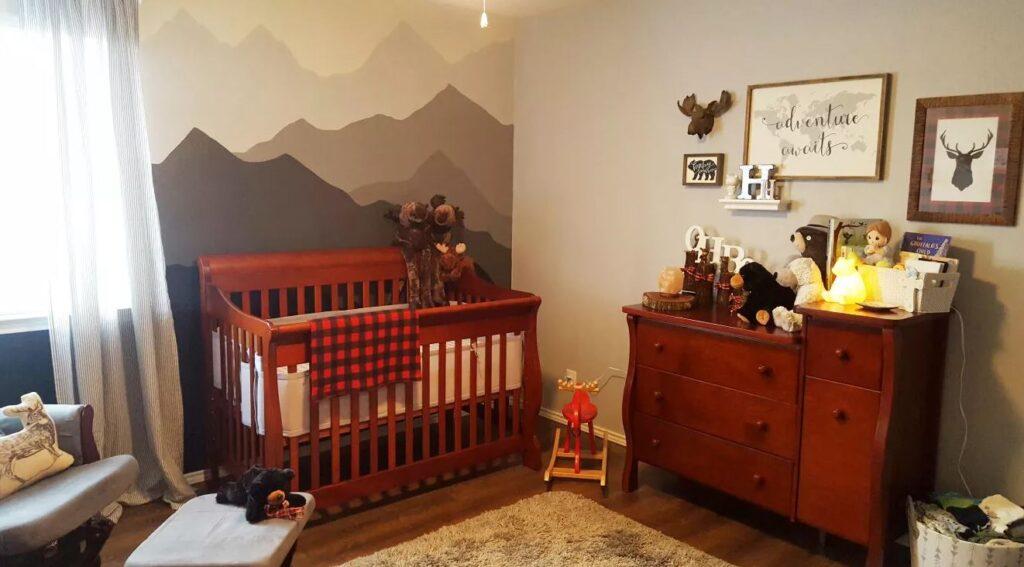Berço de bebê feito em madeira vermelha.