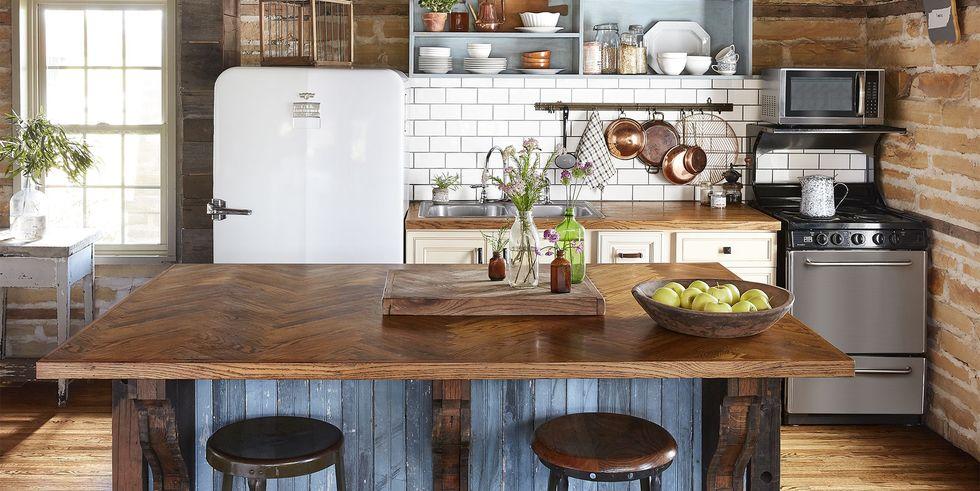 Cozinha com ilha de madeira de demolição.