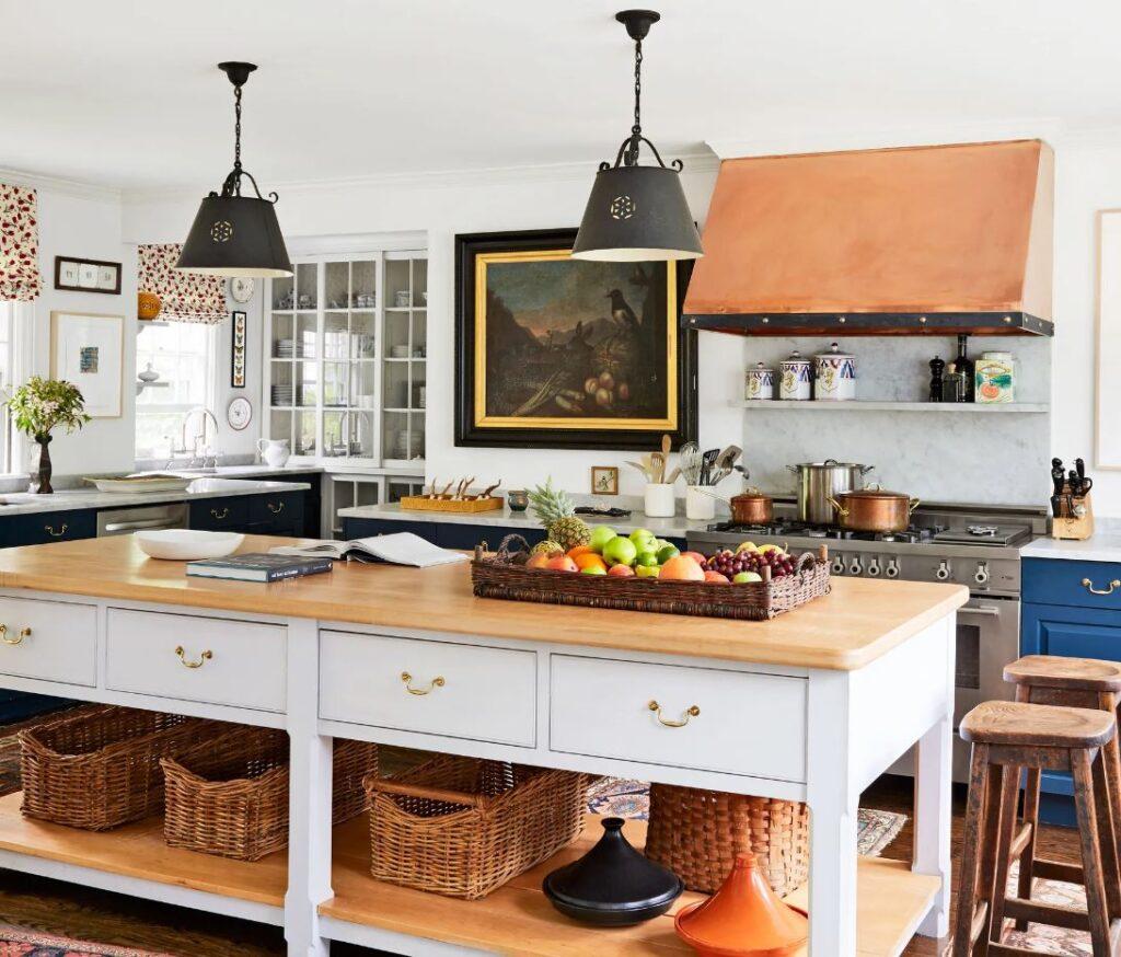 Cozinha com ilha com gavetas e prateleiras.