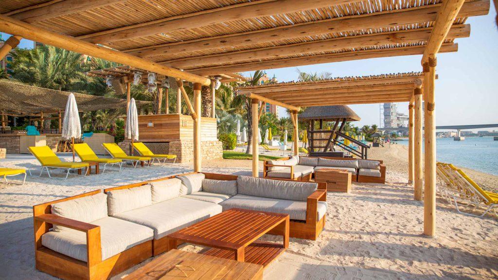 Estrutura feita de palha e madeira eucalipto tratado em praia.