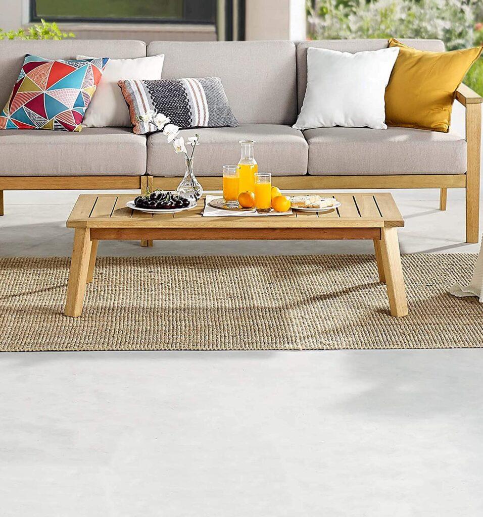 Mesa de centro de madeira de eucalipto.