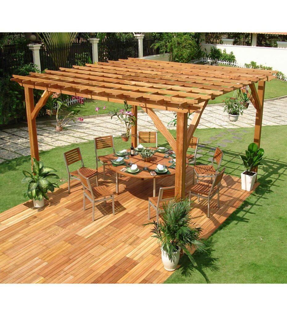 Pergolado de madeira eucalipto com assoalho combinando em área externa.