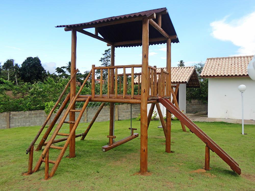 Playground de madeira de eucalipto em jardim.