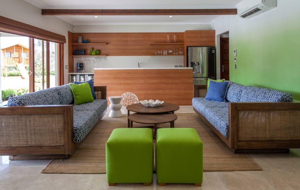 Sala combinando madeira com verde em móveis.
