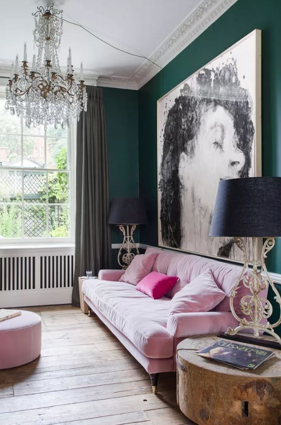 Sala misturando verde com madeira e rosa.