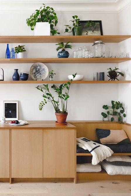 Sala com madeira e verde em plantas.