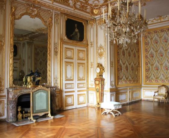 Cômodo do Palácio de Versalhes com paredes de moldura boiserie